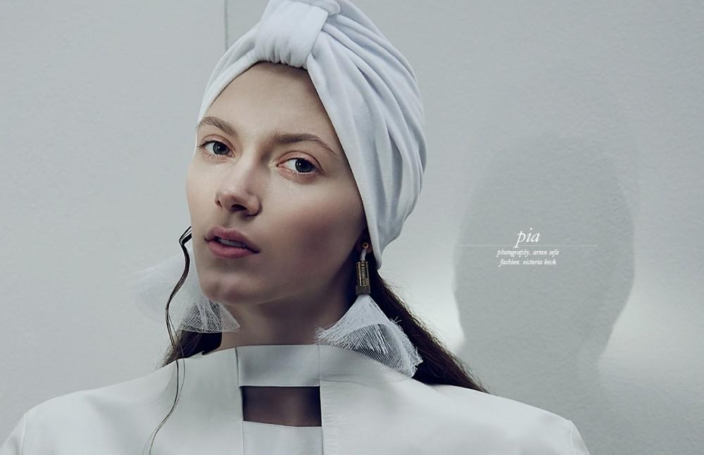 Top / Marie Lüder Earrings / William Fan Turban / Heiko Palach