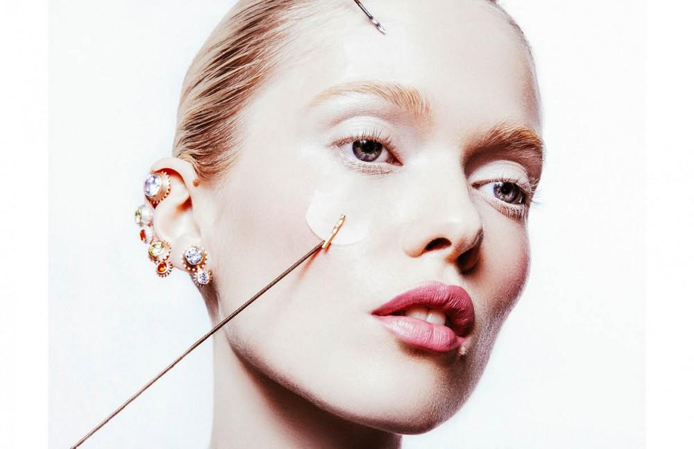 Earrings / Jane Kønig Eyeshadow / Hiro Cosmetics Concealer / Nude by Nature Eyebrows / und Gretel Rouge / Nude by Nature Lipgloss / und Gretel Skincare / Pot of Gold